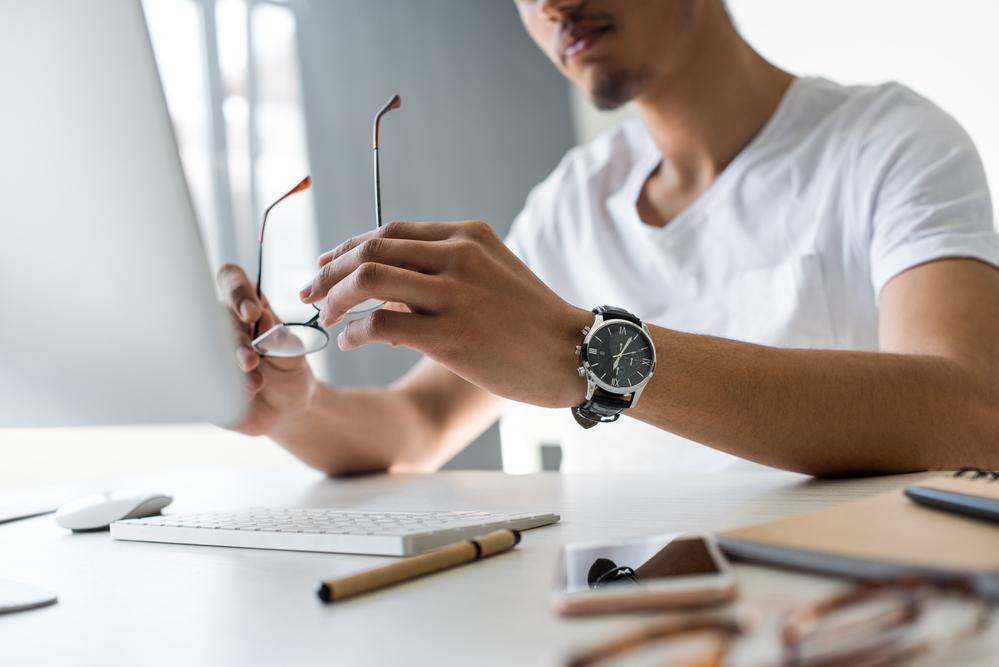 Como montar uma escrivaninha simples e fácil para você começar a trabalhar em casa (Foto: Depositphotos_193068292_s-2019)